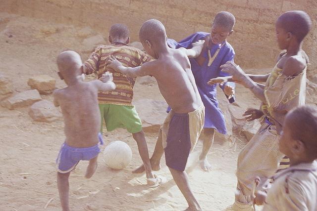enfants640px-Gaçons_jouant_au_foot